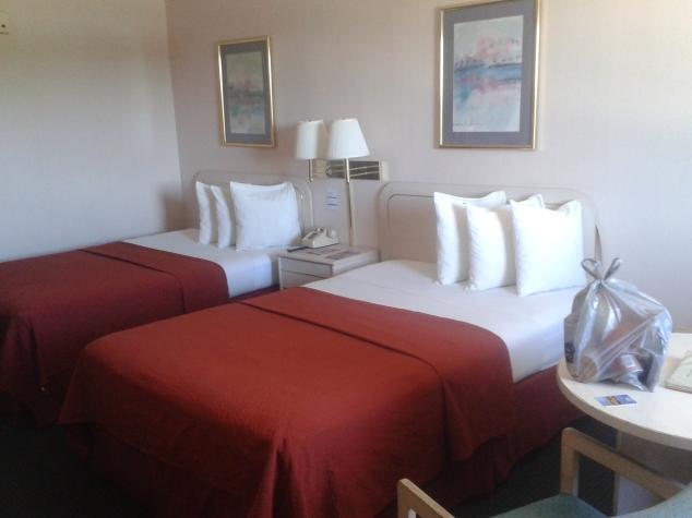 Nosso quarto, é comum ter duas camas, e carpete é sagrado kkk